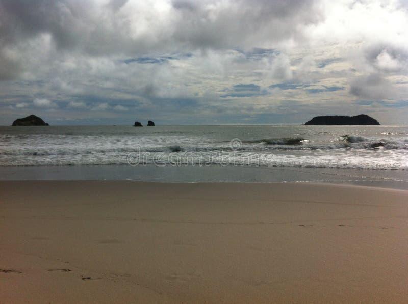 plaża z kamieniami i wyspą pokój i zaciszność, pełno zdjęcie stock