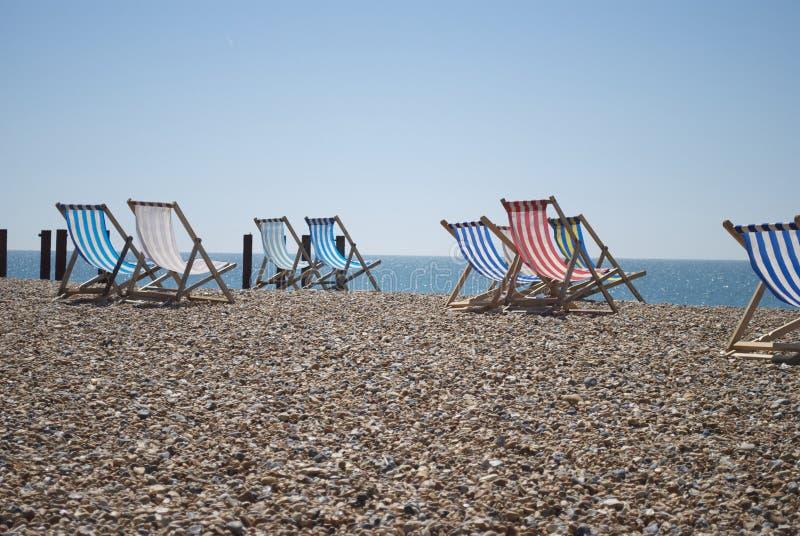 Plaża z plażowymi krzesłami fotografia stock