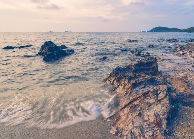 Plaża z skałami przy wschodem słońca obraz royalty free