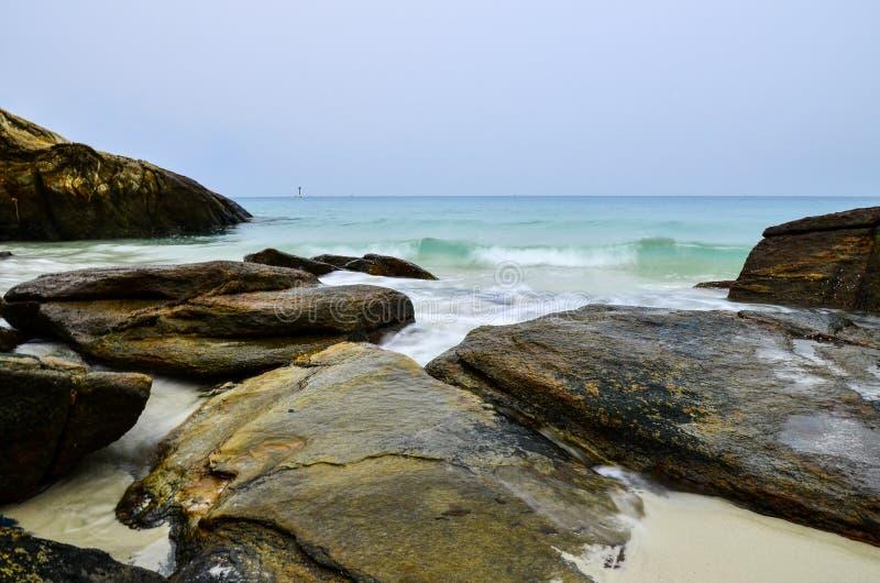 Plaże i skały w spokojnej pogodzie obraz stock