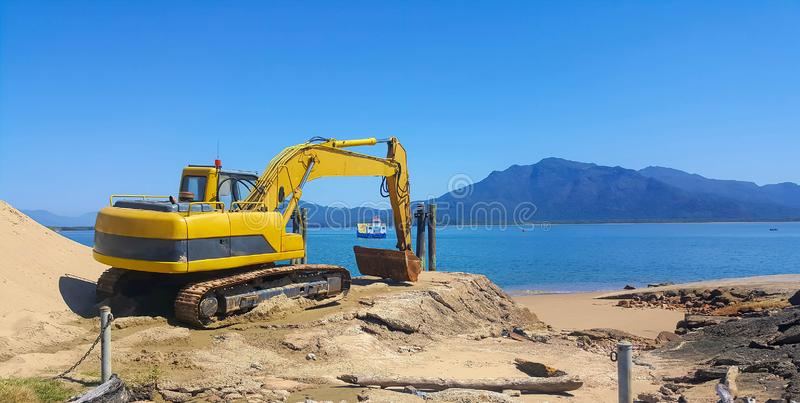 Plażowa budowa po erozi fotografia royalty free