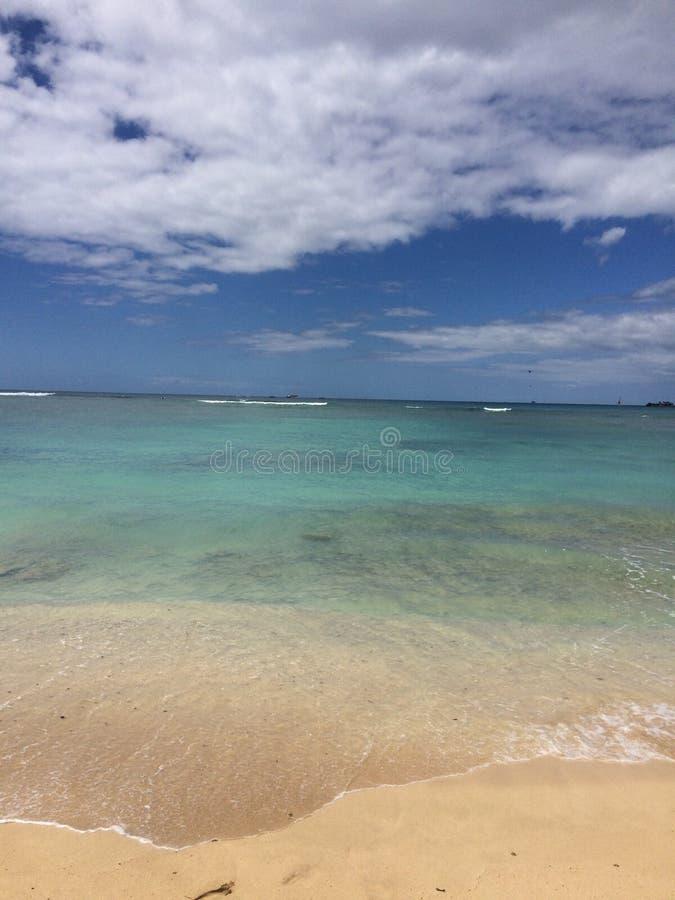 plażowa dzień dziewczyny mała przyglądająca woda obraz royalty free