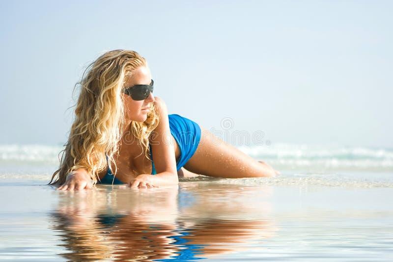 plażowa dziewczyny odbicia woda zdjęcia royalty free