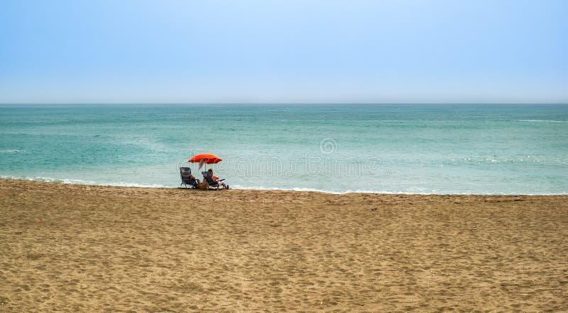 Plażowa lato para na urlopowym wakacje relaksuje w słońcu na thei zdjęcia stock