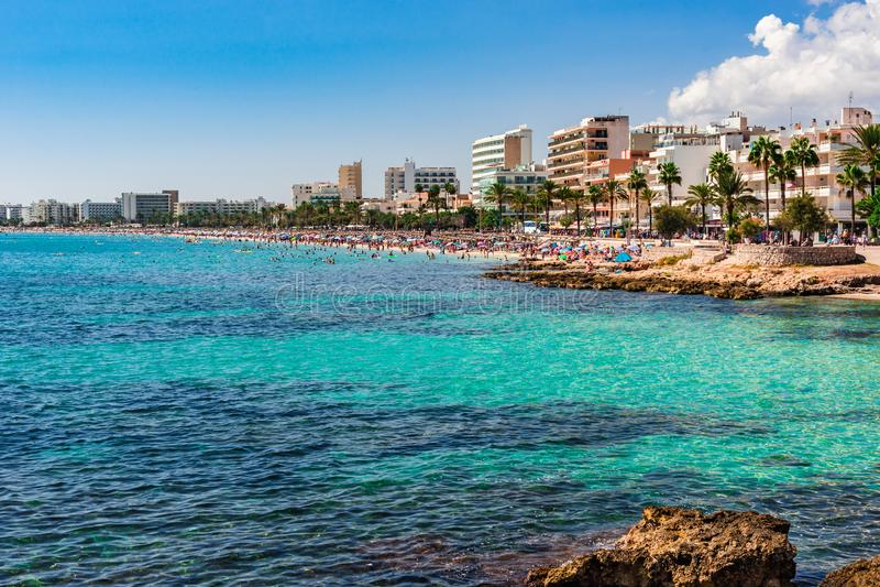 Plażowa linia brzegowa Cala Millor miejscowość turystyczna na Majorca wyspie, Hiszpania zdjęcie stock
