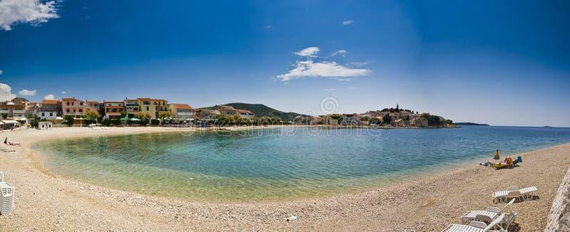plażowa panorama primosten miasteczko obrazy stock