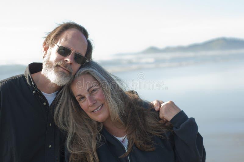 plażowa para przechodzić na emeryturę obrazy royalty free