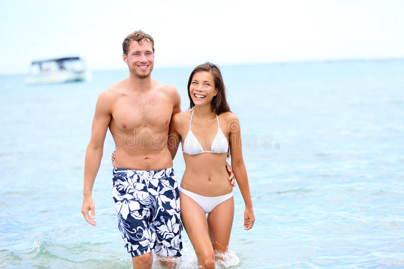 Plażowa para w miłości chodzić szczęśliwy w wodzie zdjęcia royalty free