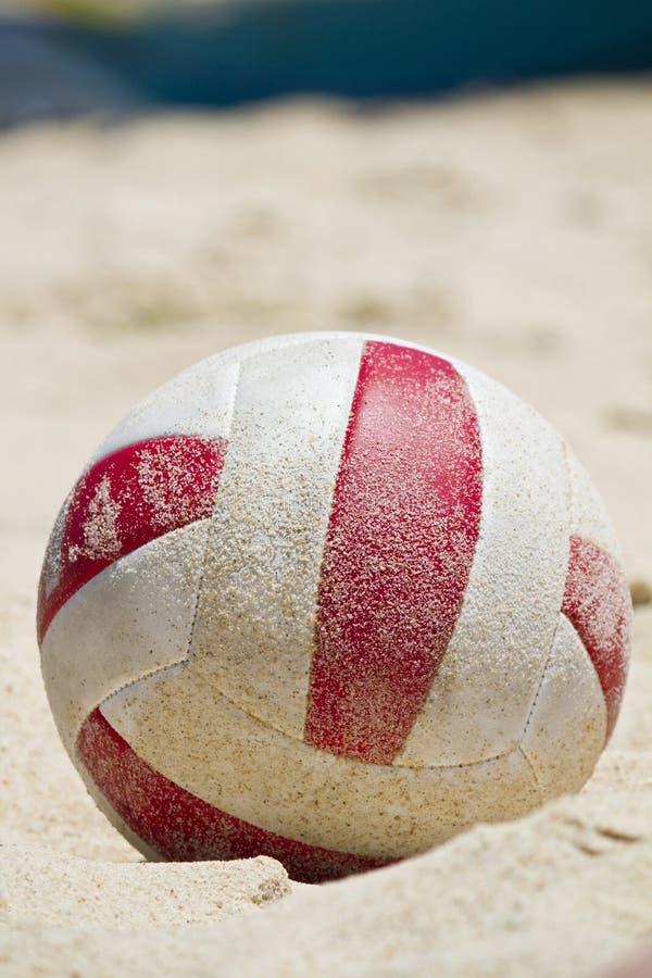 Plażowa piłka na piasku obraz royalty free