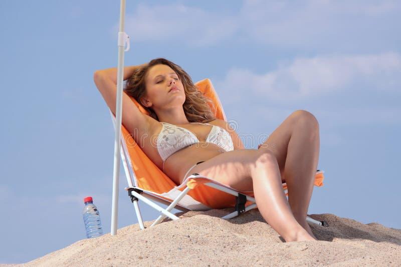 plażowa relaksująca kobieta zdjęcie royalty free