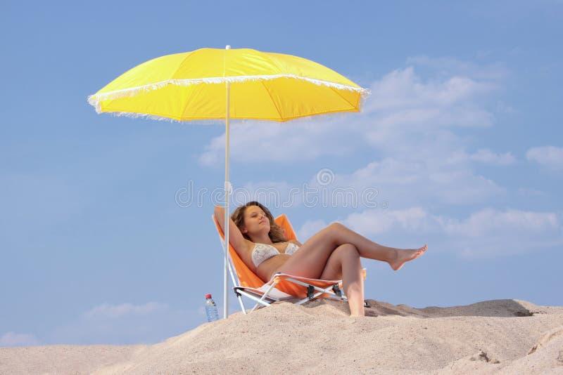 plażowa relaksująca kobieta zdjęcie stock