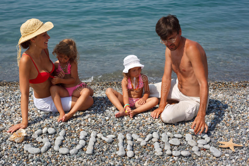 plażowa rodzina cztery osoba odpoczynek fotografia royalty free
