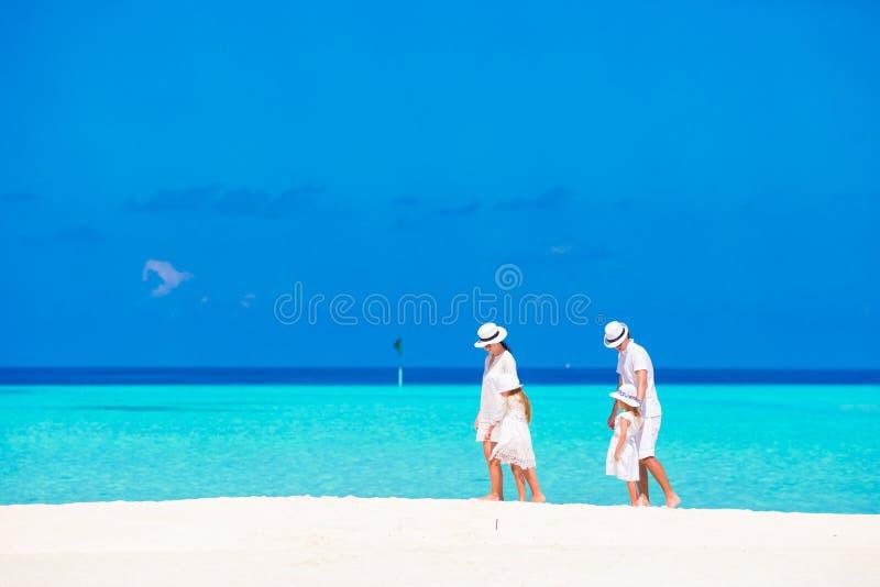 plażowa rodzina cztery sand tropikalnych urlopowych biały potomstwa zdjęcie stock