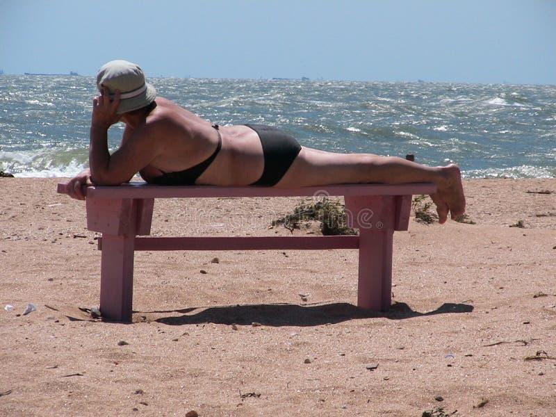 plażowa starsza kobieta obrazy royalty free