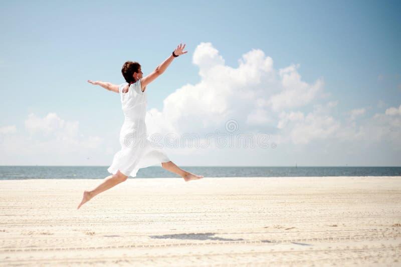 plażowa szczęśliwa kobieta zdjęcia royalty free