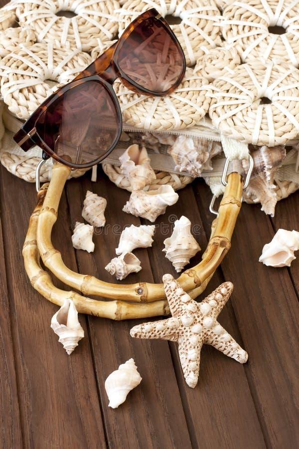 Download Plażowa Torba I Okulary Przeciwsłoneczni Obraz Stock - Obraz złożonej z femaleness, leisure: 53776805