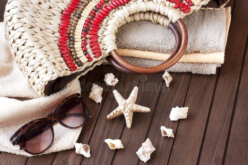 Download Plażowa Torba I Okulary Przeciwsłoneczni Na Drewnianym Tle Zdjęcie Stock - Obraz złożonej z moda, migreny: 53775908