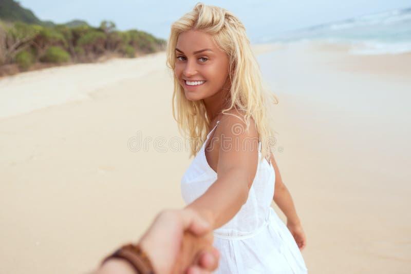 plażowa uśmiechnięta kobieta obraz royalty free