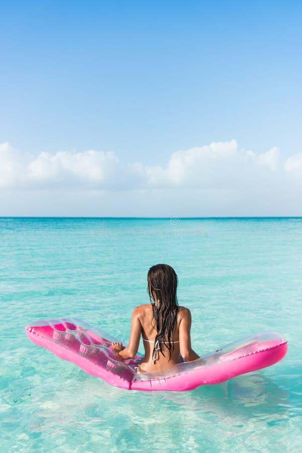 Plażowa urlopowa kobieta relaksuje na ocean materac zdjęcia royalty free