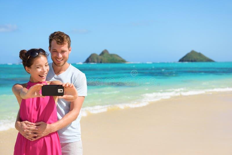Plażowa urlopowa para bierze selfie na smartphone obraz royalty free