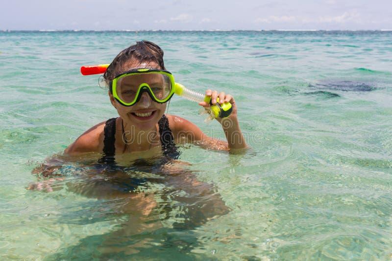 Plażowa urlopowa zabawy kobieta jest ubranym snorkel akwalungu maskę robi niemądrej twarzy podczas gdy pływający w ocean wodzie z zdjęcia stock