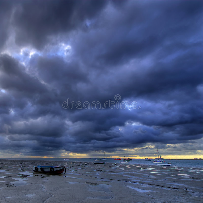 plażowe łodzie muddy wschód słońca zdjęcie royalty free