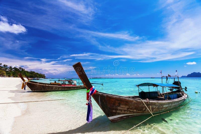 plażowe łodzie zbliżać tajlandzki tradycyjnego fotografia royalty free
