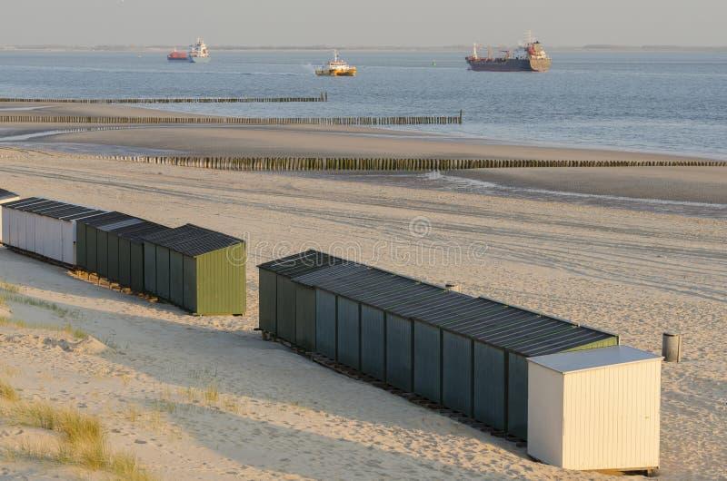 Plażowe budy na plaży w Zeeland zdjęcia royalty free