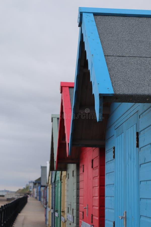 Plażowe budy w długim colourful rzędzie zdjęcie stock