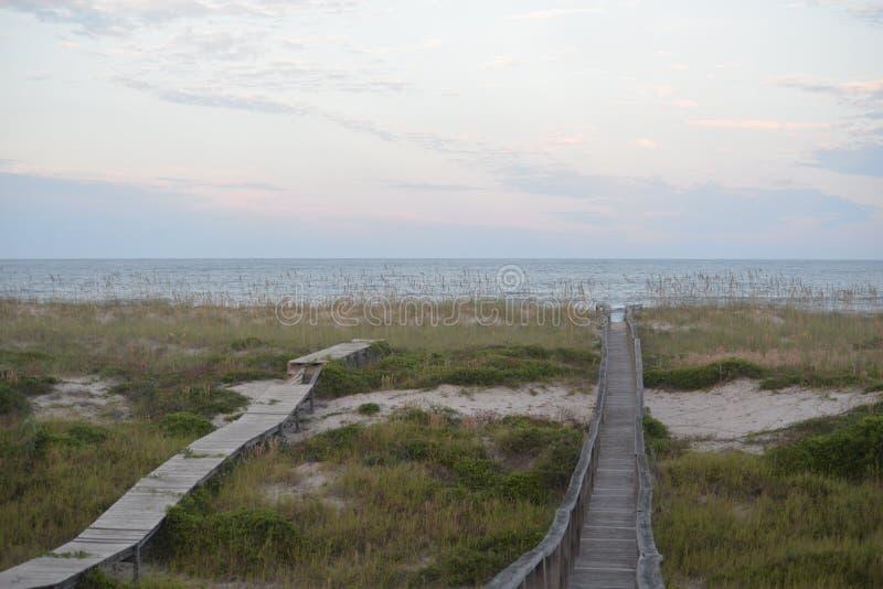Plażowe drogi przemian trzymali up w innych sposobach pod ten sam warunek pogodowy zdjęcia royalty free