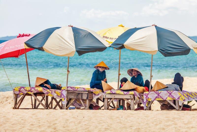 Plażowe masażystki odpoczywa pod parasolami zdjęcie royalty free