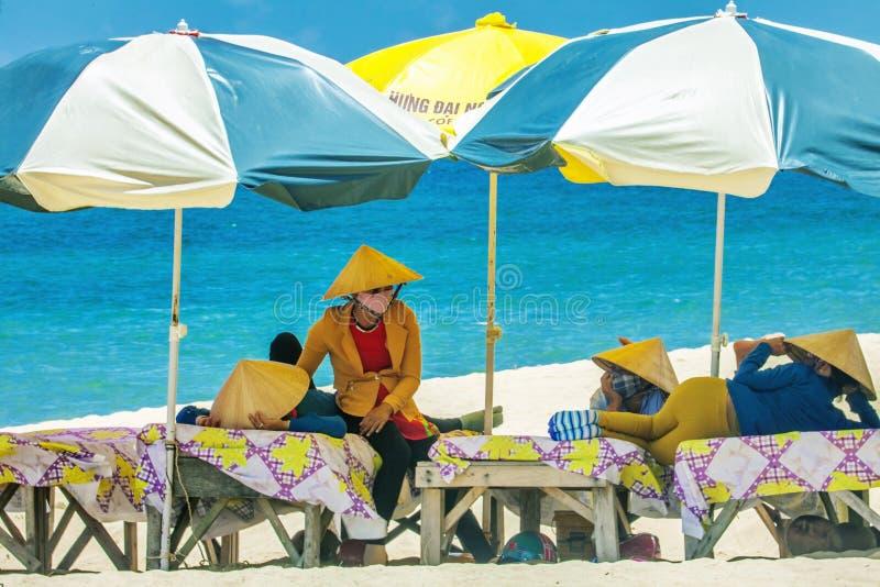 Plażowe masażystki odpoczywa pod parasolami obraz royalty free