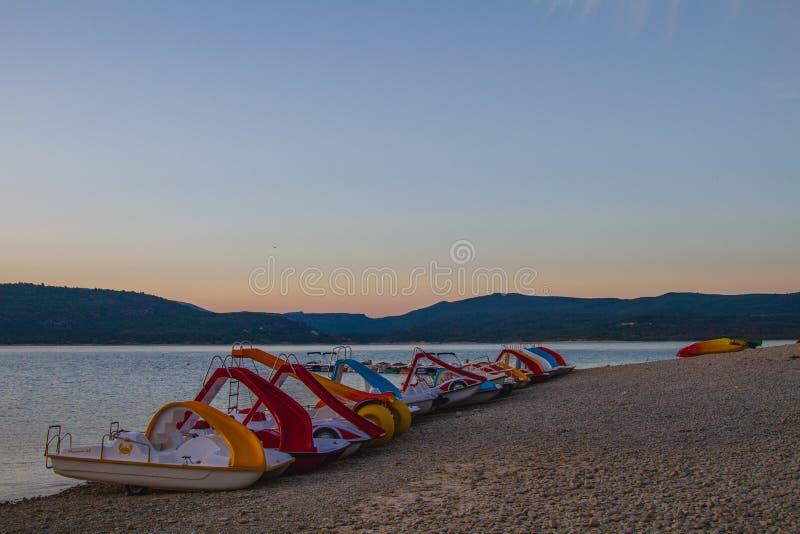 Plażowe Paddle łodzie podczas zmierzchu obrazy royalty free