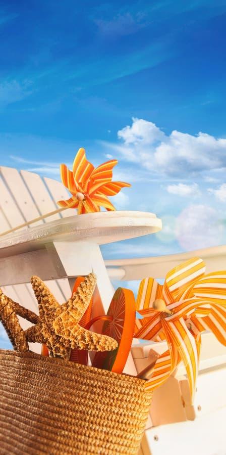 Plażowe rzeczy na krześle z niebieskim niebem fotografia royalty free