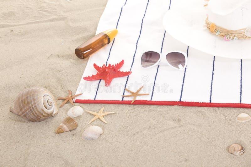 Plażowe rzeczy na piasku dla zabawy lata fotografia stock