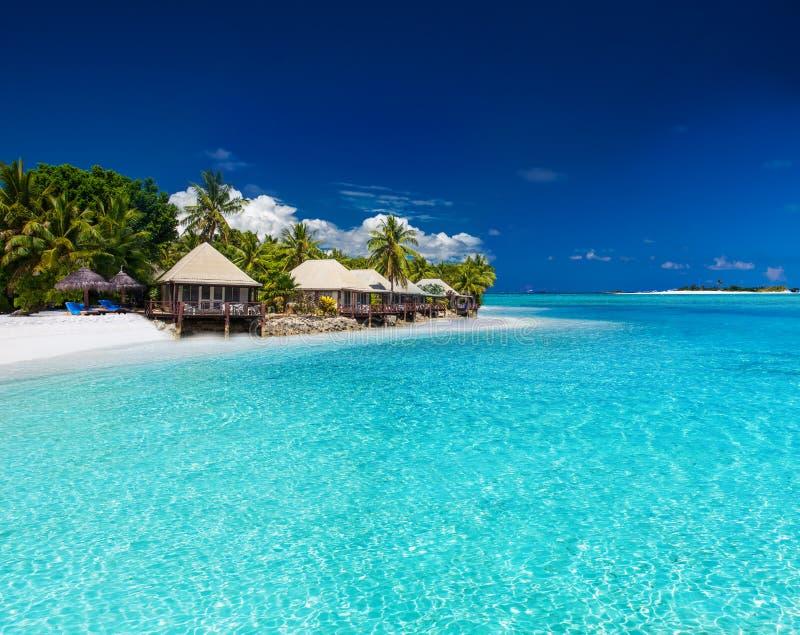 Plażowe wille na małej tropikalnej wyspie