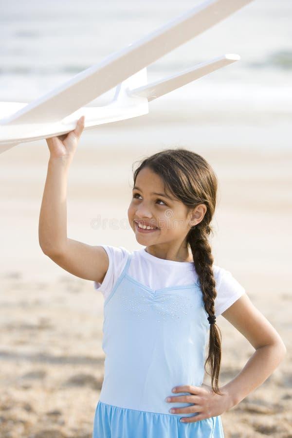 plażowego ślicznego dziewczyny latynosa płaska bawić się zabawka obraz stock