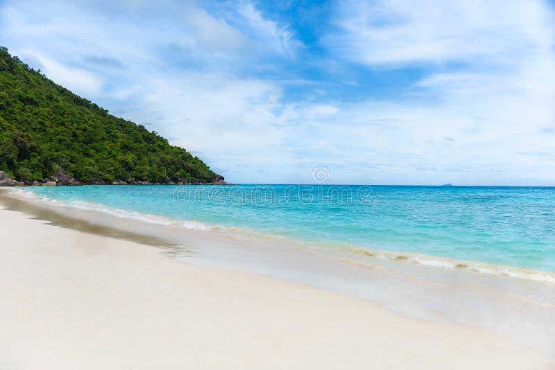 plażowego błękitny piaska nieba tropikalny biel wyspy similan obraz royalty free