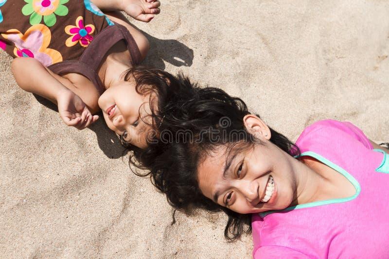 plażowego dziecka puszka etniczny lay matki piasek obraz stock