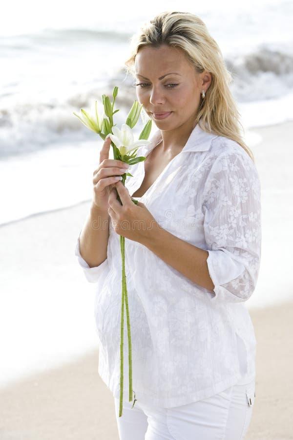 Download Plażowego Kwiatu Ciężarna Target1575_0_ Biała Kobieta Zdjęcie Stock - Obraz złożonej z osoba, piasek: 13329820