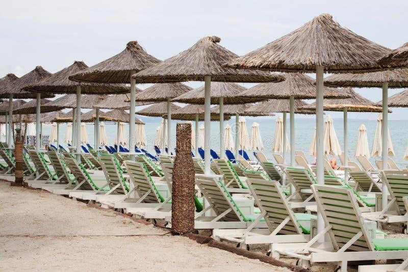 Plażowego parasola i klingerytu pokładu krzesła na plaży, grek, pefk zdjęcia royalty free