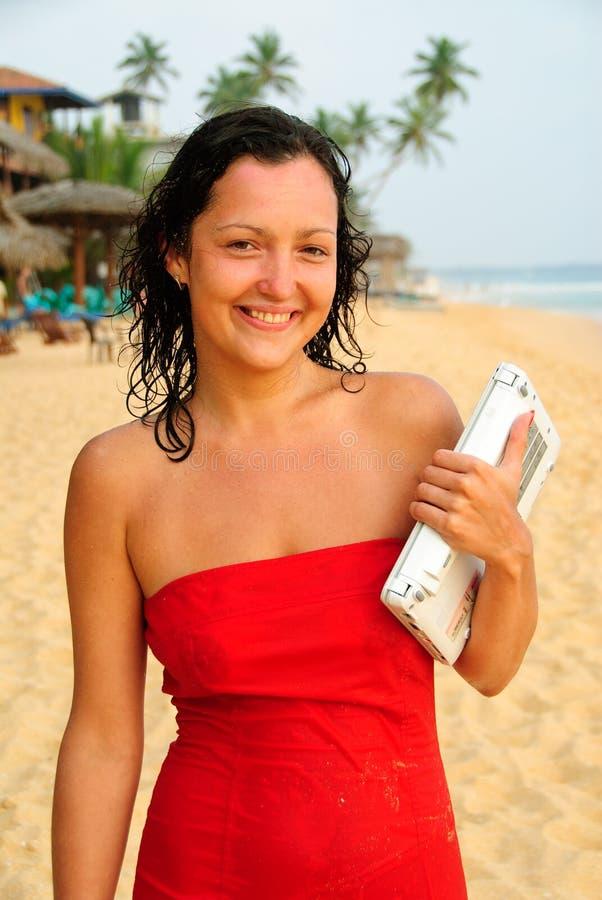 plażowego pięknego laptopu uśmiechnięci kobiety potomstwa zdjęcie royalty free