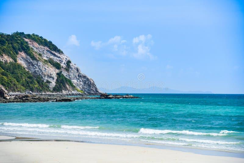 Plażowego piaska tropikalny denny lato, wyspy plaża pięknego jasnego niebieskie niebo z wzgórze skałą/wodny i markotny zdjęcia stock