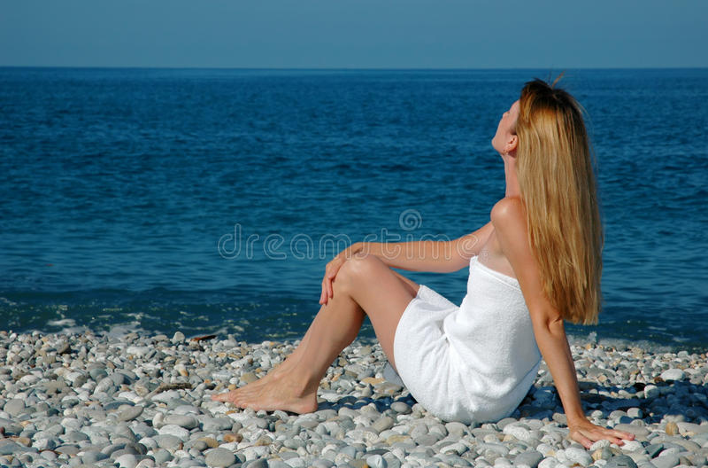 plażowego ręcznika kobieta obraz royalty free