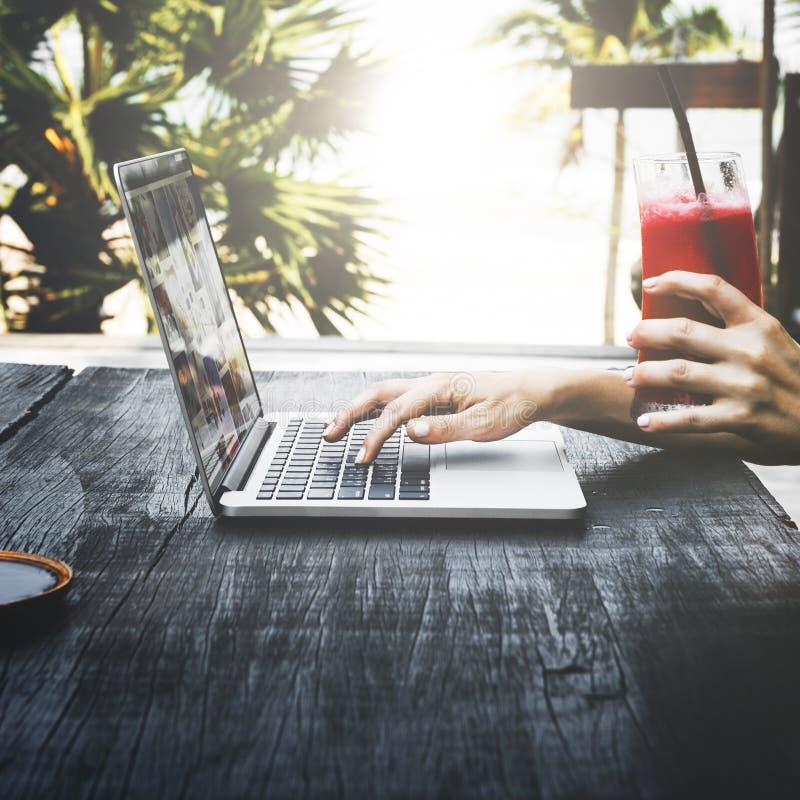 Plażowego wakacje letni wakacje laptopu technologii Podróżny pojęcie obraz stock