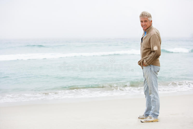 plażowego wakacyjnego mężczyzna starsza trwanie zima zdjęcie royalty free