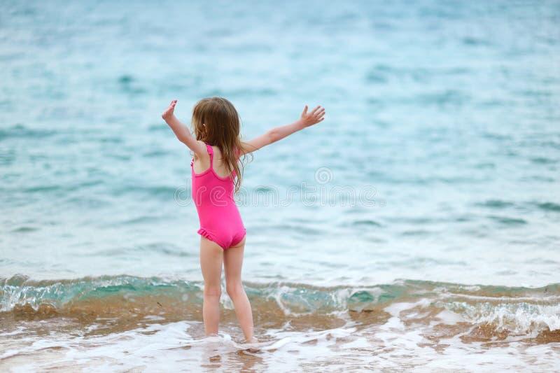 plażowej ślicznej dziewczyny mały bawić się fotografia stock