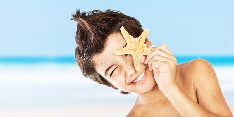 plażowej chłopiec twarzy szczęśliwa rozgwiazda obrazy royalty free