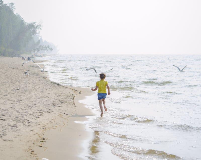 plażowej dziewczyny mały bieg obraz stock