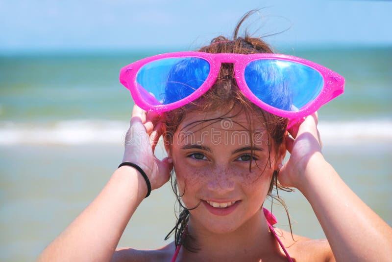 plażowej dziewczyny szczęśliwi okulary przeciwsłoneczne zdjęcie royalty free